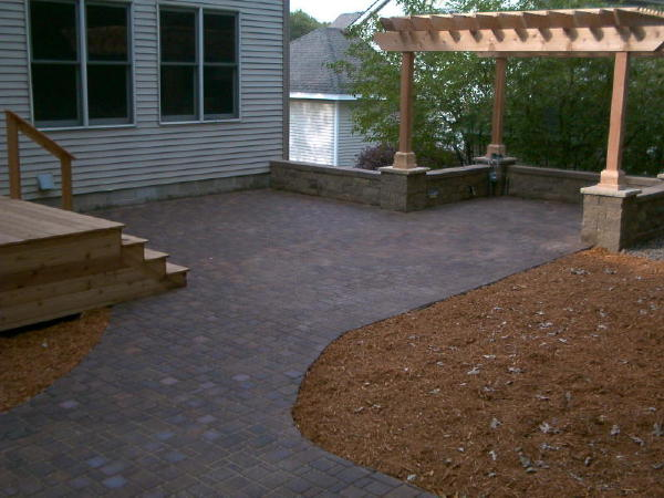 Retaining wall</b> VERSA-LOK<br /><b>Color:</b> Chestnut Blend block with Chestnut caps<br /><b>Style:</b> Free standing walls with columns around patio<br /><b>Location:</b> Delaware and Abbey Way, Titusville<br /><b>Install Date:</b> July 2006