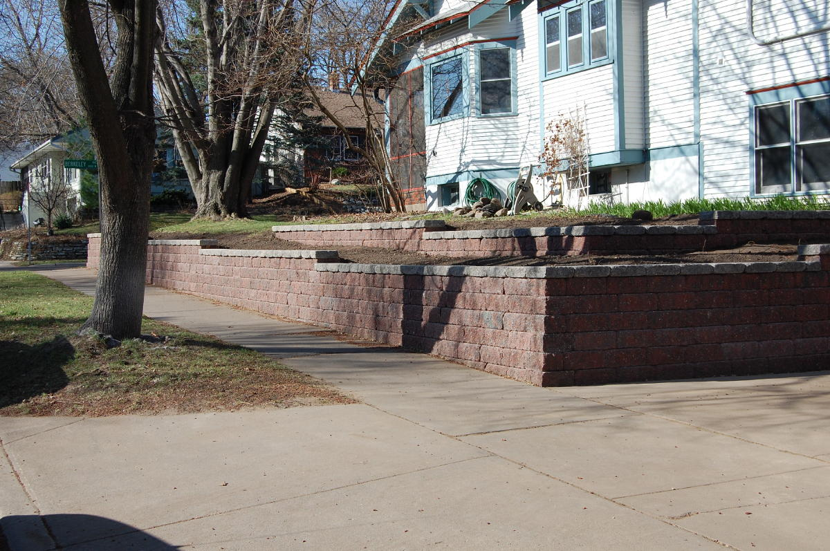 <b>Retaining wall</b> VERSA-LOK<br /><b>Color:</b> Chestnut Blend block with Grey caps<br /><b>Style:</b> Replacing timber wall; 3/4 setback; 45 degree corners<br /><b>Location:</b> Berkeley and Howell St. Titusville<br /><b>Install Date:</b> April 2009